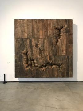 恩里克·奥利维拉《有开口的盒子》280×280×40cm木材 2014