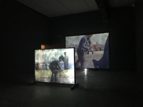 宋冬《砸碎镜子的界限》尺寸可变双面镜子,录像 2003