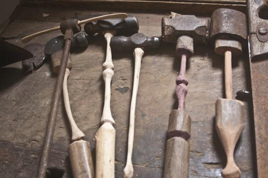 阿丰索·托斯特《三条腿系列》223×7×10cm 木材 2002