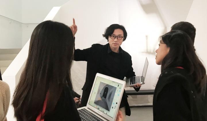 李杰和A4的小伙伴们、艺术家一起沟通展览事宜
