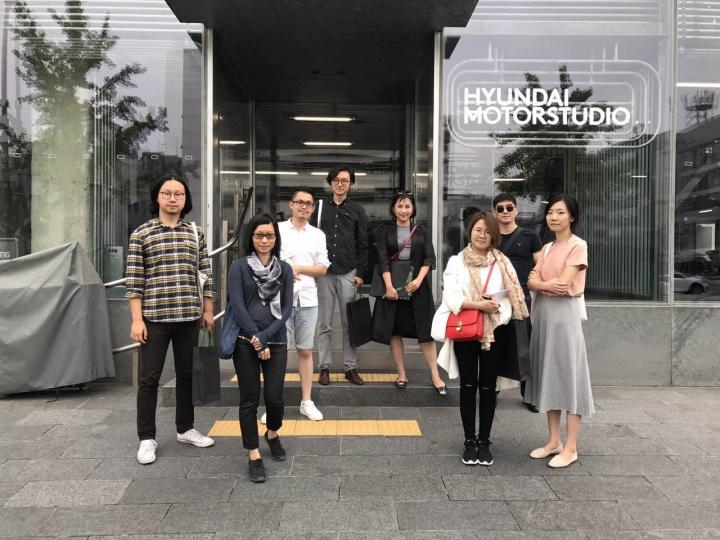 首届Hyundai Blue Prize年度艺术大奖决赛入围者与现代汽车工作人员一同探访韩国现代汽车文化中心
