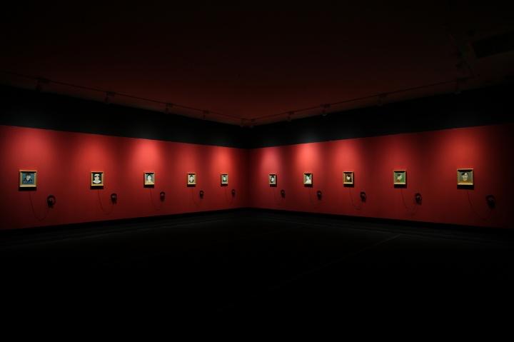 """""""2013青年艺术家实验季第一回展""""现场,石玩玩 《望京少年》 39.5x34cm x10 绘画、声音装置 2013"""