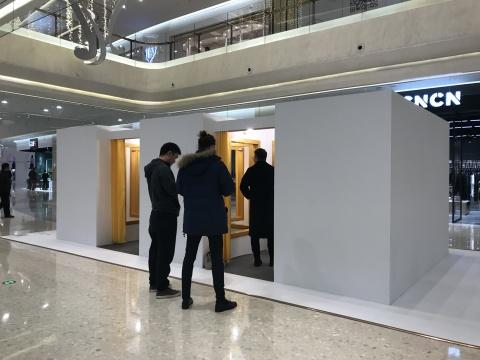 莱安德罗·埃利希《更衣室》尺寸可变 木质结构、金色边框、镜子、窗帘、双针灯泡、凳子、挂衣钩、深灰地毯 2008