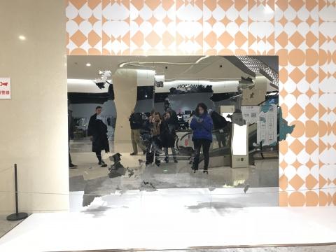 秦思源(英)《天旋地转》300 x 50 x 220 cm 不锈钢、电机马达、木质结构 2017
