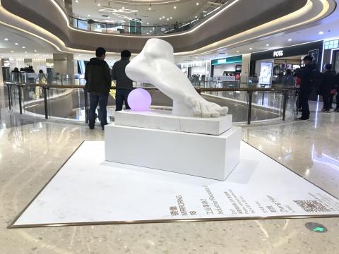 郑焕 《工业革命2》150 x 80 x 120 cm 高度强石膏、仿大理石效果 2017
