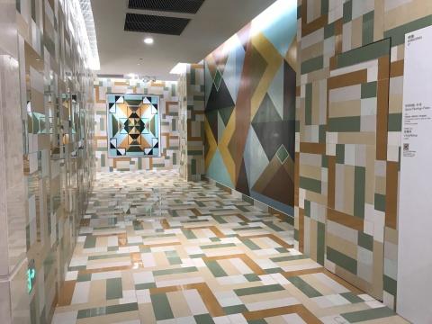梁曼琪《空间绘画—扑克》 尺寸可变  布面油画、墙面丙烯、艺术级瓷砖 2017