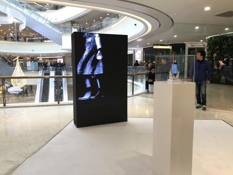 李燎《以彼之道》 尺寸可变  视频、LED显示屏、三维旋转混匀器、手机 2017