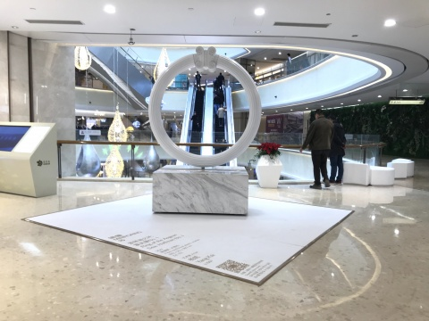 杨凯《爱琴海之环:霍夫曼No. 1》180 x 20 x 180 cm 玻璃钢、大理石 2017