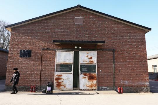 """松美术馆东区的马厩,也是李怒此次个展""""甚嚣尘上""""的所在地"""