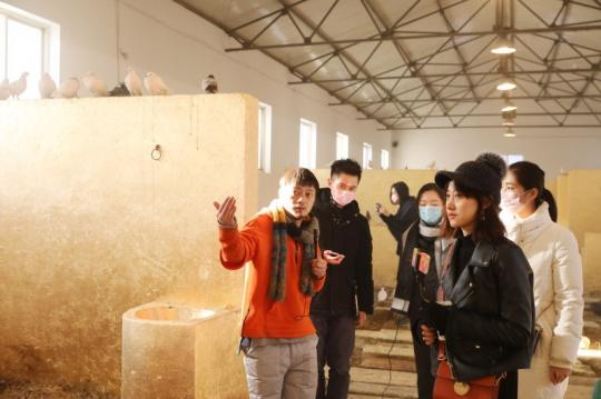 艺术家李怒(左一)在为观众介绍展览