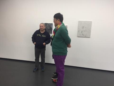 艺术家季大纯(左)在展览现场