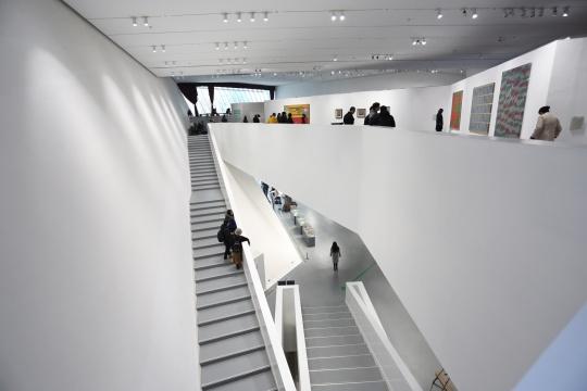 万林艺术博物馆以斜面为主的内部建筑结构