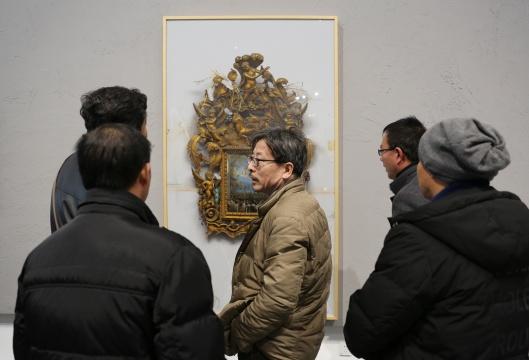 观众对冷军的超写实绘画技巧产生了浓厚兴趣