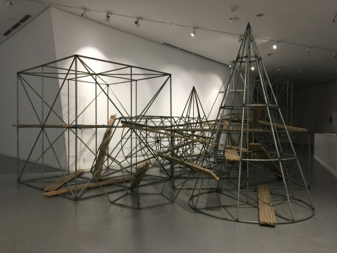 """魏光庆早期标志性的""""红墙""""系列作品和20年后创作的装置《基础》"""