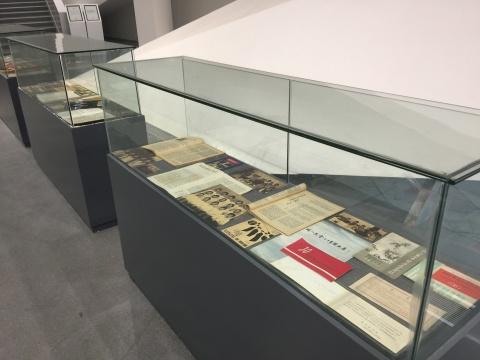玻璃柜中的艺术刊物记载了湖北自上世纪80年代以来的当代艺术发展轨迹