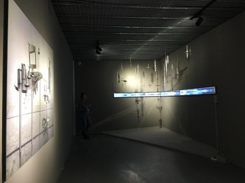 史金淞的装置作品《垂直的密码》