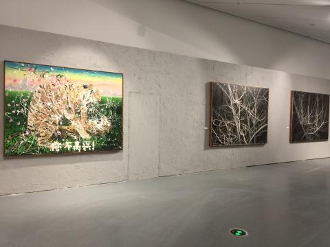 从左至右:龚剑2006年创作的《你不高兴》和《看这棵灰色的树NO.12》《看这棵灰色的树NO.13》