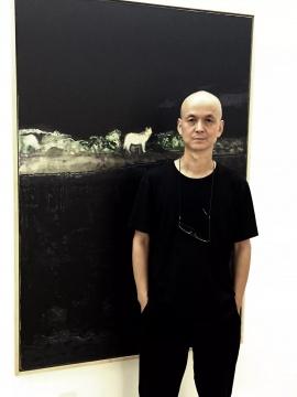艺术家黄志琼在作品前