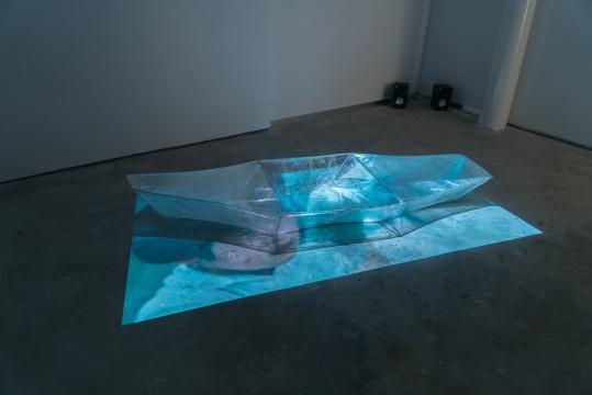 冯冰伊 《以梦喂马》 3分22秒 多屏幕装置、综合材料、有声、彩色 2012