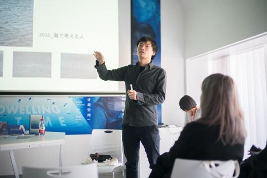 艺术家潘逸舟在开幕式现场介绍作品