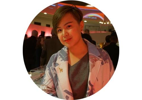 """曹斐(b.1978)  曹斐是威尼斯双年展等国际艺术大展的""""宠儿"""",她作品中有大量亚文化、流行文化的元素,包含着对飞速发展的中国和巨大时代变迁的观察。侯瀚如曾经如此评价她:""""曹斐的作品一直都和今日中国的经济、社会、文化和政治进程关联,是以它们为条件,在它们的基础上创作的,而它们又与全球化的进程丝丝紧扣。"""""""