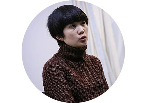 """胡晓媛(b.1977)  11月初,胡晓媛在北京公社的第四次个展""""刺草""""开幕,这是其继2015""""蚁骨""""之后三年三部曲的第二部,已知第三部曲名称是""""石疑""""。如果说第一部曲的""""蚁骨""""是在展览中提示了一个纯粹的矛盾问题,那么本次展出的几组作品则通过艺术家对材料极其细微的处理,体现了她所观察到的蕴含在生活之中的微妙平衡关系。在胡晓媛看来,木、石和使用过程中生锈的铁架都是时间性、过程感在自然状态下制造出来的""""常物"""",而她诚服于自然的同时又在一笔一笔的描摹中倾注着""""自我。""""过程中个人与自然法则之间的对峙与共生关系悄然而生。"""