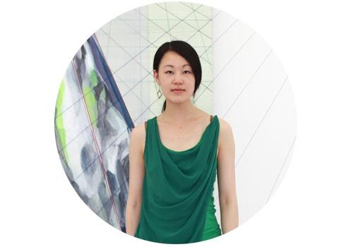 """简策(b.1984)  简策的创作将经典图像分析、解构与形式重构,将绘画与影像、设计之间进行了渗透与融合。简策于空白空间的展览使用了传统视觉理论中的基本概念""""投射""""为题,探讨了透视与视觉经验本身之间的矛盾性。通过她的绘画线索,我们可以窥探出艺术家本人的""""思考态度"""",即对事物、现象保持""""共识""""判断的质疑,并通过绘画的图像思维提出许多视觉方面的问题,尤其是对""""视觉习惯""""的探讨部分。"""