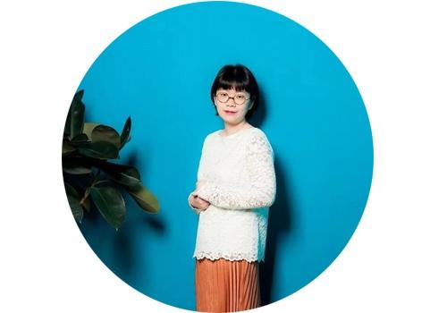 刘天怜(b.1987)  从Hi21新锐艺术市集被挖掘出的潜力艺术家刘天怜,三年里完成了一个优等生的三连跳:她是玉兰堂最受欢迎的艺术家之一,每次个展或是画廊参加博览会,刘天怜的作品总是得到藏家青睐,就连她作品的衍生品也大受欢迎。她将工笔融入当代的气韵,将艳丽的颜色和一个个扣人心弦的形象相结合。她同时也是一位母亲,对孩子的爱与对儿童成长环境的反思也使她作品蕴藏了更丰厚的力量。