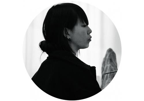 """宋琨(b.1977)  在尤伦斯钱柜999娱乐客户端中心举行了""""千吻之深""""个展,一种抽离于日常的与时代相关的混杂焦虑感开始体现在她的创作中。宋琨的部分作品带有看似""""暗黑""""的修罗、地藏等古典宗教文化的形象。策展人鲁明军曾如此评价宋琨:""""她不是去物化一个佛教义理中的净土,而是想创作一个潜意识世界中的'净界'。"""""""