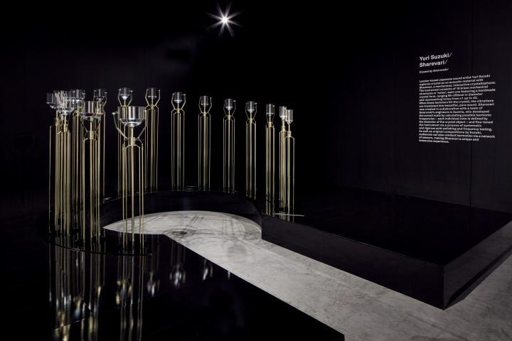 """铃木尤理 《Sharevari》 ©Swarovski(""""数字之维""""展览)  这是一件由铃木尤理创作的互动声音装置。它能够感应人体动作并发出相应声音,观众可以通过身体动作创作即兴乐曲"""