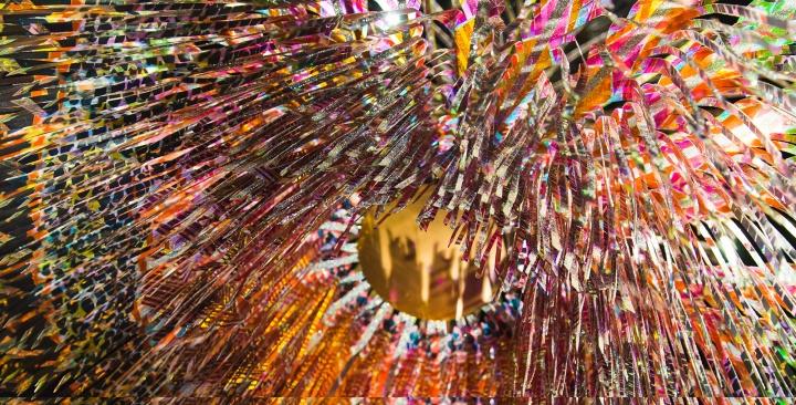 """吴燕玲 《毛毡台》 2015-2016(""""数字之维""""展览)  吴燕玲受食肉植物启发而创作的音感互动作品。结合传感技术和机械设计,手工编织而成的结构能够回应环境中不同的声音"""