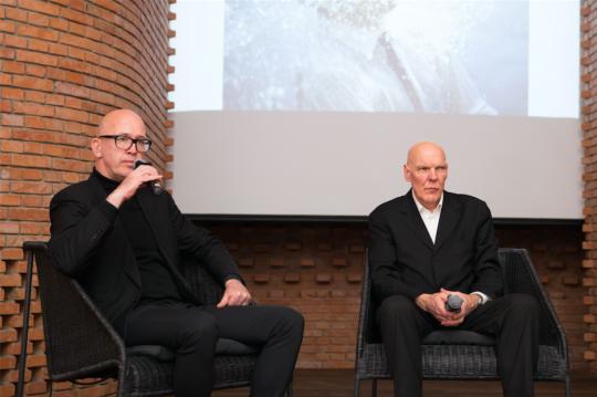 策展人乔纳斯·斯坦普(左)与艺术家尼格尔·罗尔夫