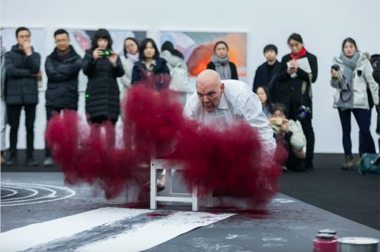 1月31日,尼格尔.罗尔夫在红砖美术馆现场表演行为艺术《不和谐》
