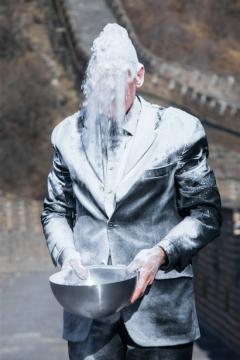 1月29日,尼格尔.罗尔夫在长城表演行为《空中鬼魂-长城》