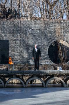 1月30日,尼格尔.罗尔夫在红砖美术馆园林实施行为艺术《两个椅子-花园》