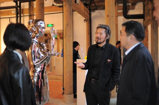 艺术家王艺为泉州市副市长肖汉辉先生介绍新作《自我》