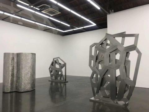 北京公社展览现场,迪肯将不锈钢材质进行了多种形态的挖掘