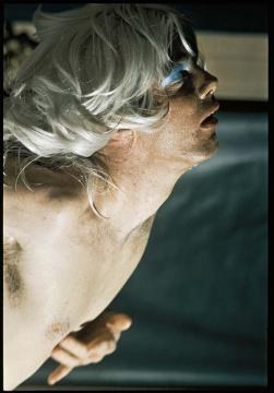 保罗·麦卡锡《水手的肉》,1975,行为表演、录像、黑白及彩色摄影  摄影:Al Payne,致谢艺术家与豪瑟沃斯画廊 © Paul McCarthy