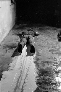 保罗·麦卡锡《脸画-地板,白线》,1972,行为表演、录像、系列摄影  摄像:Mike Cram,致谢艺术家与豪瑟沃斯画廊 © Paul McCarthy