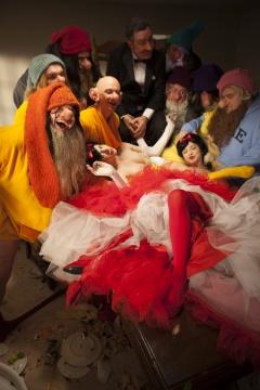 保罗·麦卡锡与戴蒙·麦卡锡合作完成《WS,雪白公主-正片》,7小时,4屏影像,2013 摄影: Jeremiah McCarthy,致谢艺术家与豪瑟沃斯画廊 © Paul McCarthy