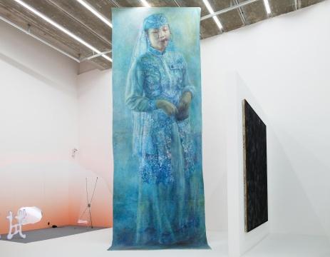 黄静远,《三号情绪制造器》,木架子、画布、油画颜料、黑白数码打印,660×220×210cm,2018