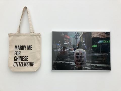 李爽 《嫁给我拿中国国籍》 摄影 书包 尺寸可变 2018
