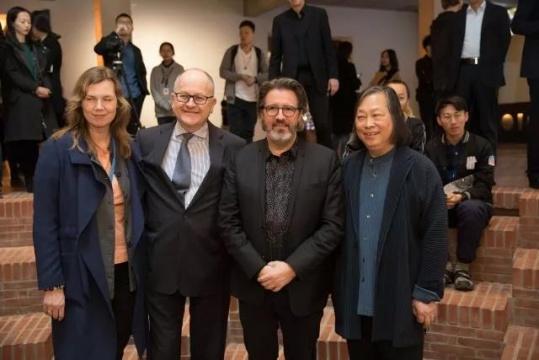 开幕式现场,(左起)丹麦媒体公共外文化主管汉娜 、冰岛驻华大使古士贤、艺术家奥拉维尔·埃利亚松及策展人闫士杰