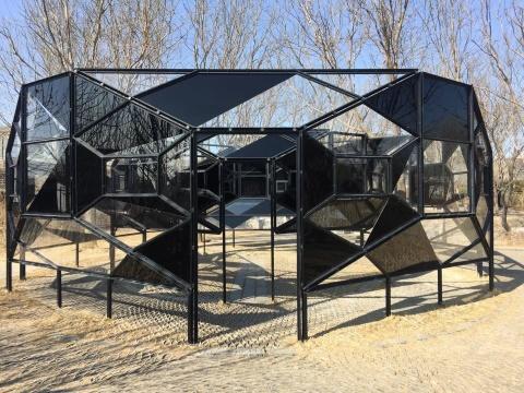 《盲亭》,2003,装置,钢、 黑色玻璃、透明玻璃,250×750×750cm