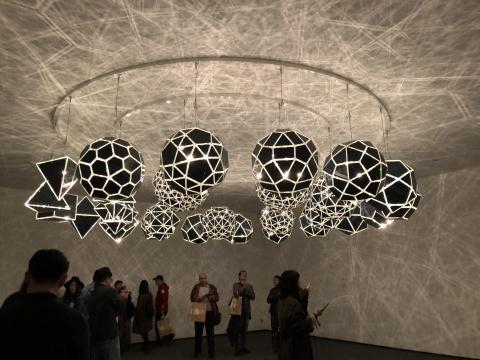 《声音银河》, 2012,装置, 不锈钢、镜子、 卤素灯 、装置由27盏灯组成每盏灯直径58-70cm