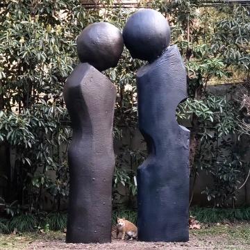 这件雕塑源自蔡泽滨的绘画作品《愿景》,保留了粗糙的肌理质感