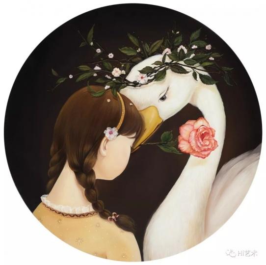 """《心事》D.60cm布面油画2016  """"我很喜欢画天鹅。我感觉天鹅洁白、纯洁又高贵。在这幅作品里,女孩和天鹅相依在一起,他们好像是亲人、朋友,又好像是恋人,能读懂对方的心事。"""""""