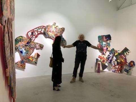 艺术家迈克尔·唐斯(右)