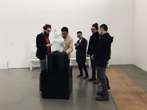 艺术家尼科·德拉法耶(左1)在介绍作品