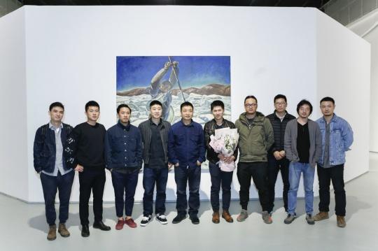 ?yf?z--y???ki??(_艺术家龚辰宇及师友在展览现场